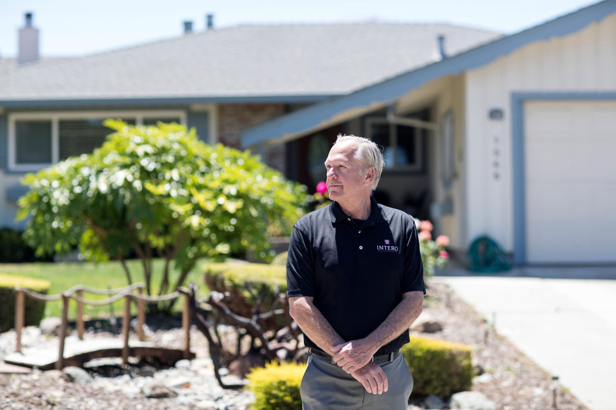 Art Maryon, um agente imobiliário, no bairro Birdland. Ele disse que as casas de estilo fazenda de um andar estavam sendo vendidas por cerca de US$1,8 milhão