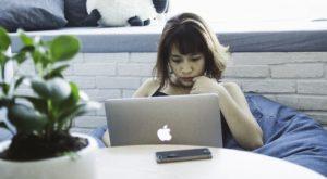 Mulher usando um Mac