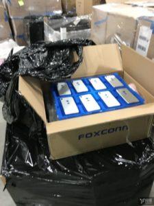 """Supostos """"iPhones 8"""" em caixa da Foxconn"""