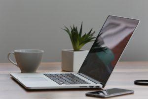 MacBook Pro e iPhone em cima de uma mesa