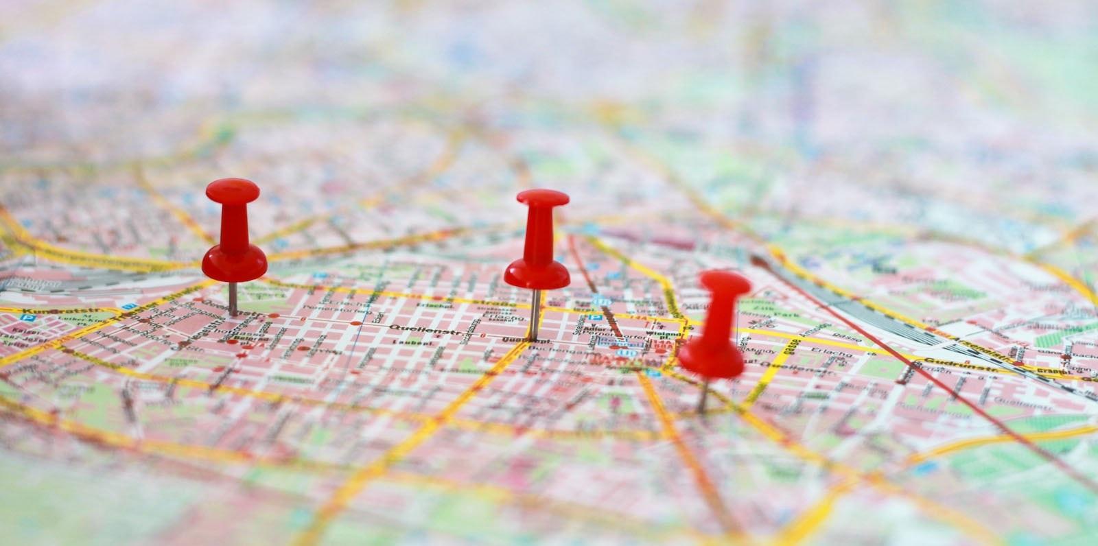 Mapa com alfinetes