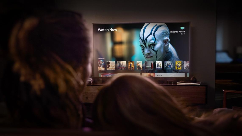 Apple TV 4K com um casal assistindo à televisão juntos