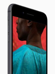 iPhone 8 cinza espacial de frente na diagonal