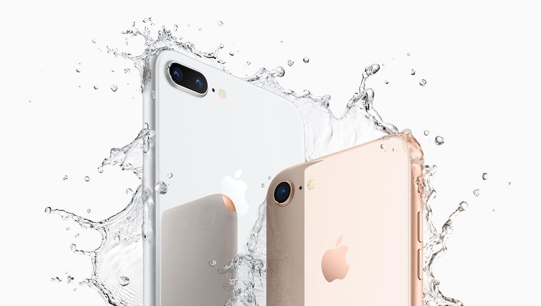 iPhone 8 Plus prateado e iPhone 8 dourado com água