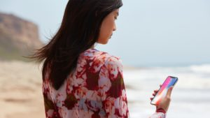 Mulher usando o Face ID do iPhone X