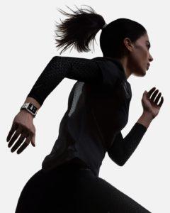 Mulher correndo com o Apple Watch Series 3 Nike+