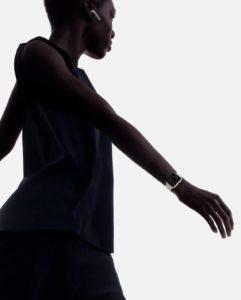 Mulher usando o Apple Watch Series 3 de cerâmica e os AirPods