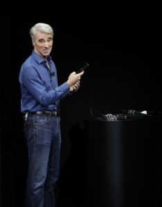 Craig Federighi demonstrando o Face ID
