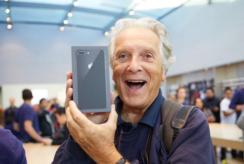 Senhor comprando iPhone 8 em Apple Store