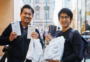 Consumidores comprando iPhones 8 em Apple Store