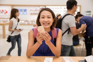 Mulher usando iPhone 8 em Apple Store