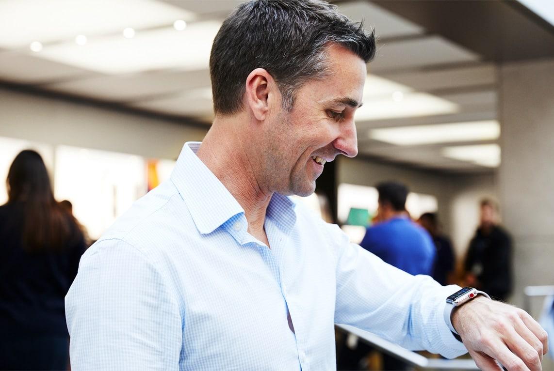 Consumidor usando o Apple Watch Series 3 em Apple Store