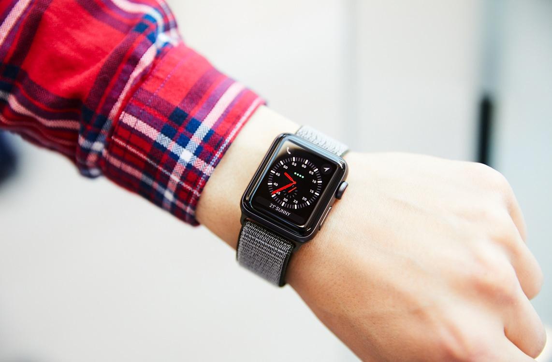 Apple Watch Series 3 no braço