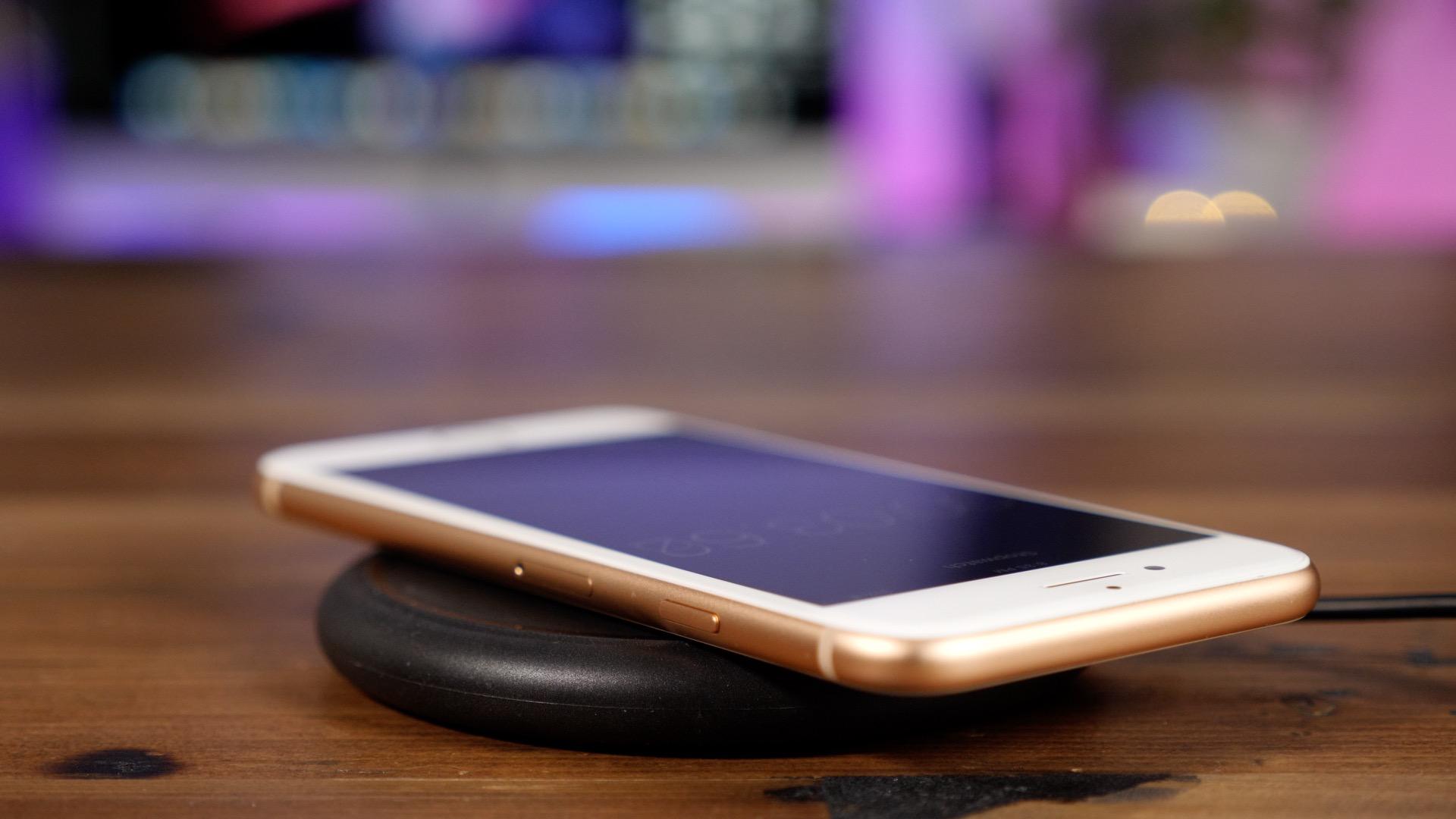 iPhone 8 sem carregado numa base sem fio da mophie