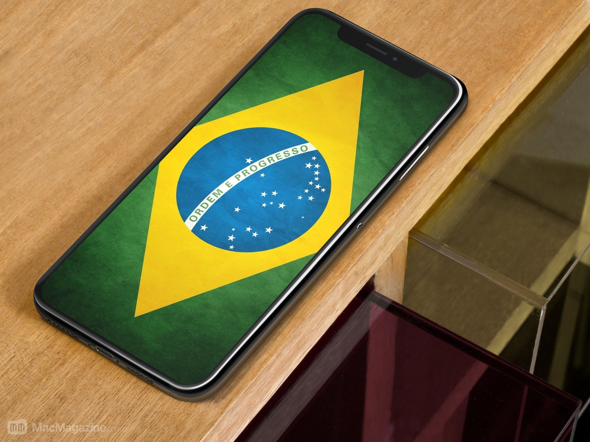 iPhone X com a bandeira do Brasil (by MacMagazine, via Placeit)