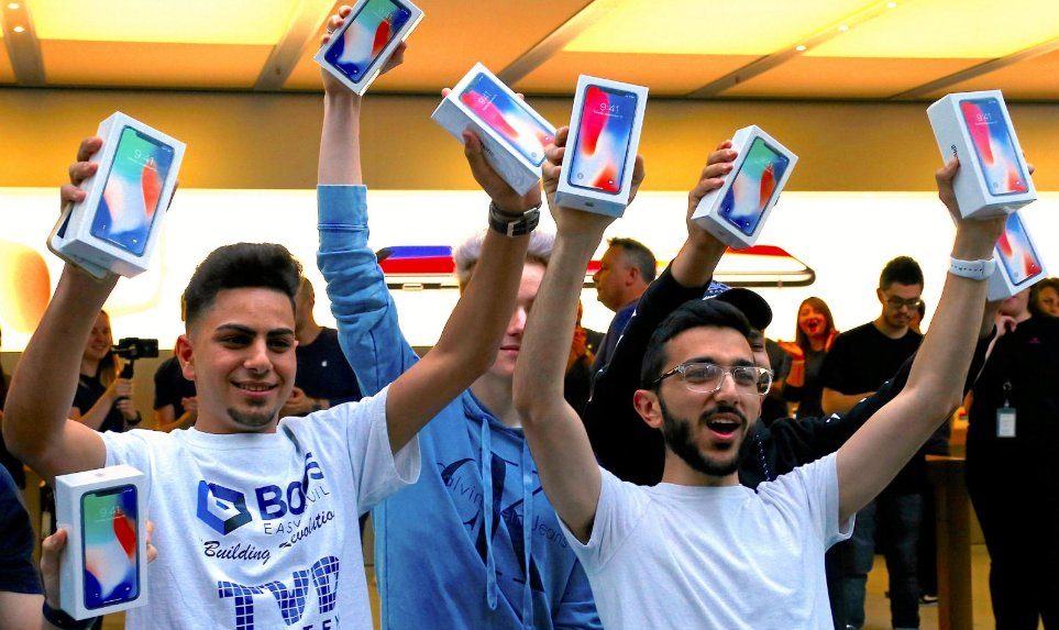 Consumidores com o iPhone X em Sydney, Austrália
