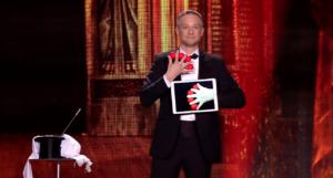 Simon Pierro, o mágico dos iPads, realizando um truque