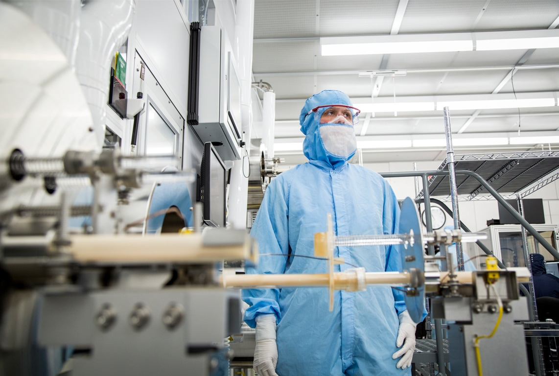 Um trabalhador da Finisar usa equipamentos especializados na área de fabricação nas instalações de Allen (no Texas)