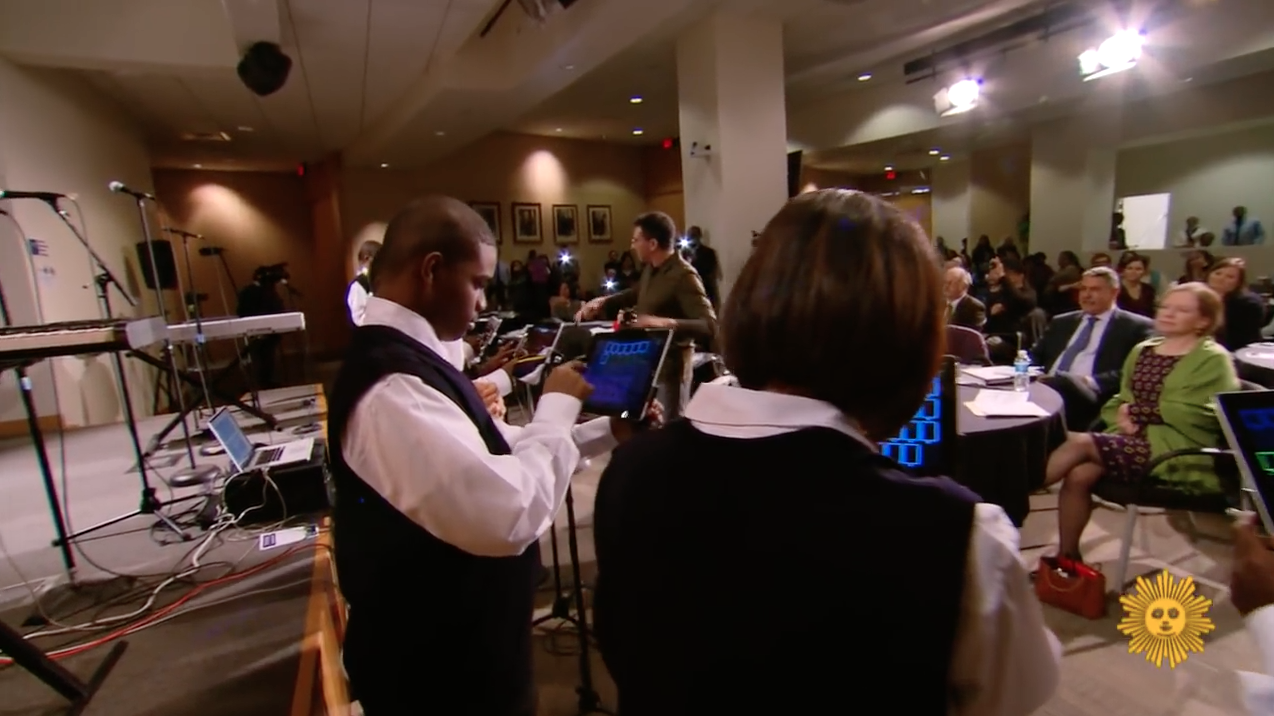 Alunos autistas usam iPads em apresentação musical