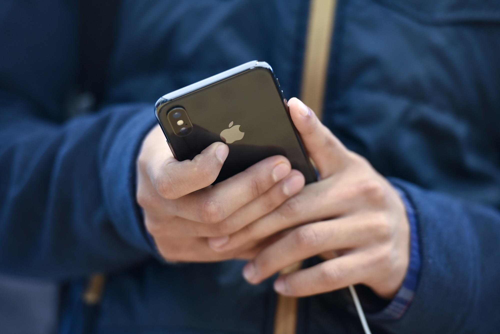 Homem usando um iPhone X