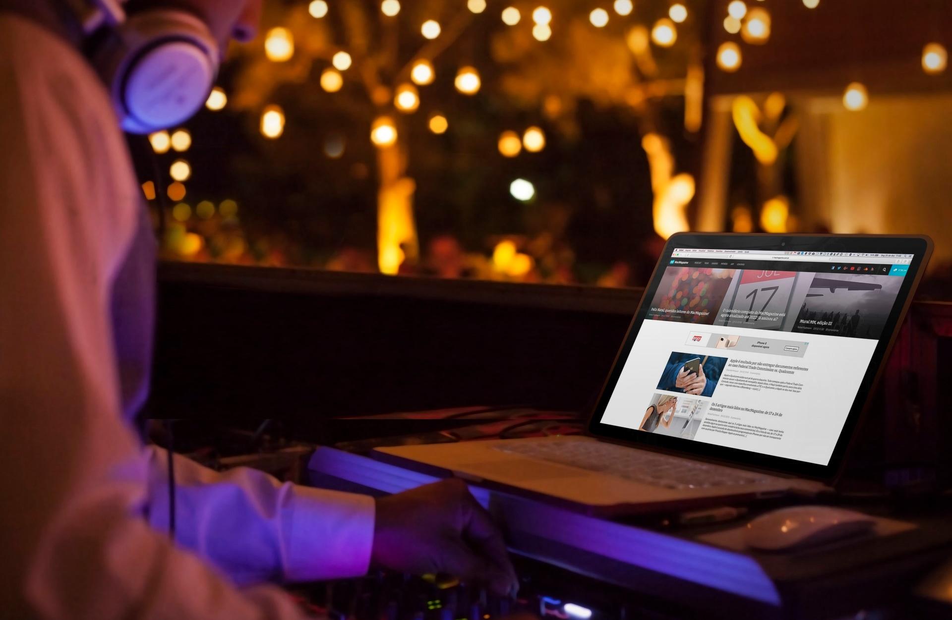 MacMagazine num MacBook com um DJ numa festa