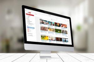 iMac com o YouTube aberto