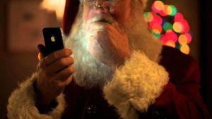 Papai Noel segurando um iPhone 4s