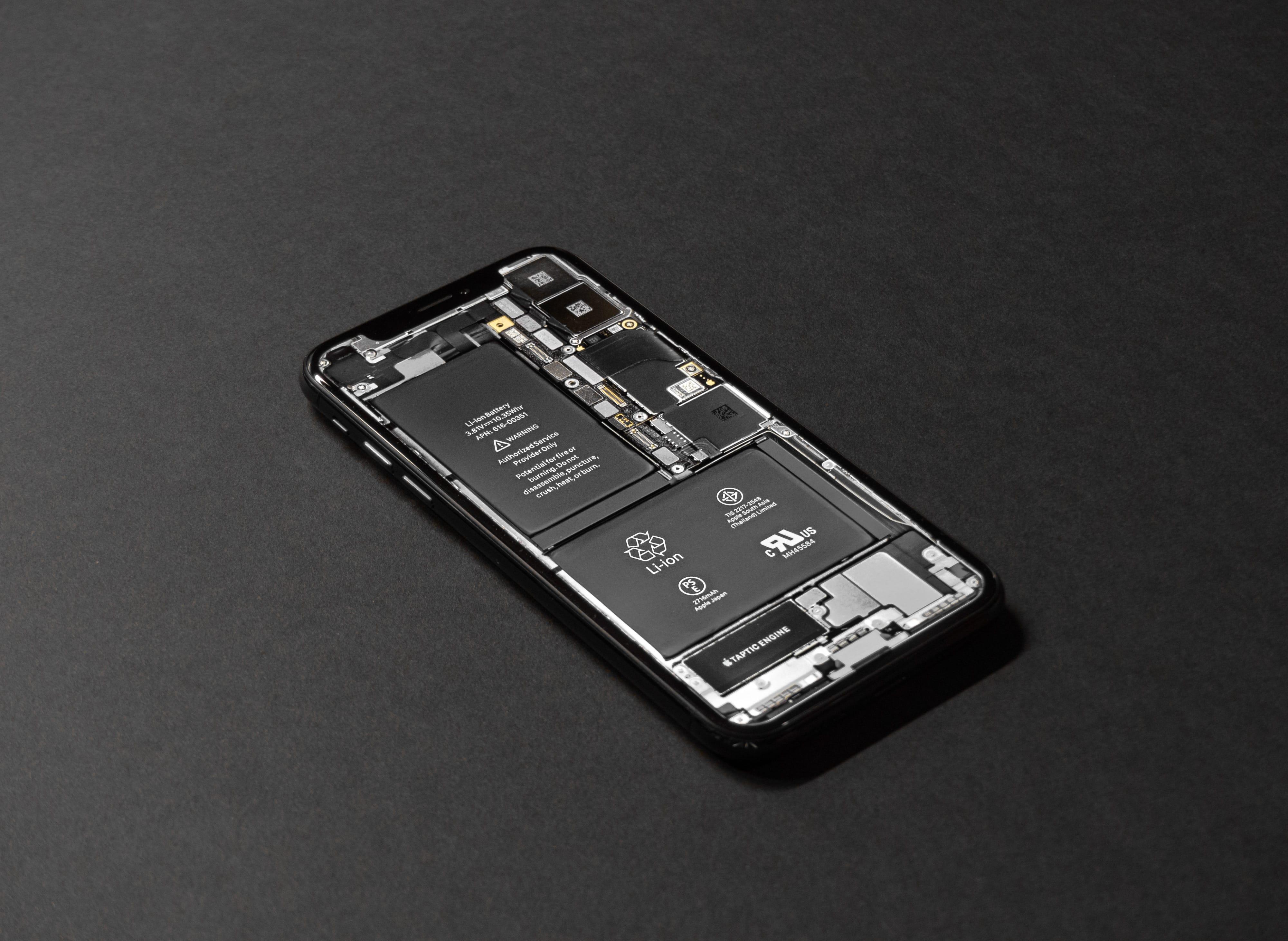 iPhone com componentes expostos (bateria)