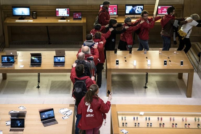 Grupo ativista Attac ocupa loja da Apple em protesto