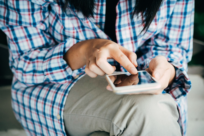 Mulher usando um iPhone