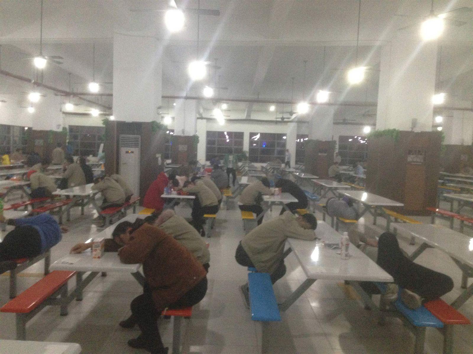Empregados da Catcher dormem no horário de almoço no complexo em Suqian