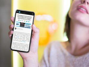 Post mais lido da semana - Mulher segurando um iPhone X