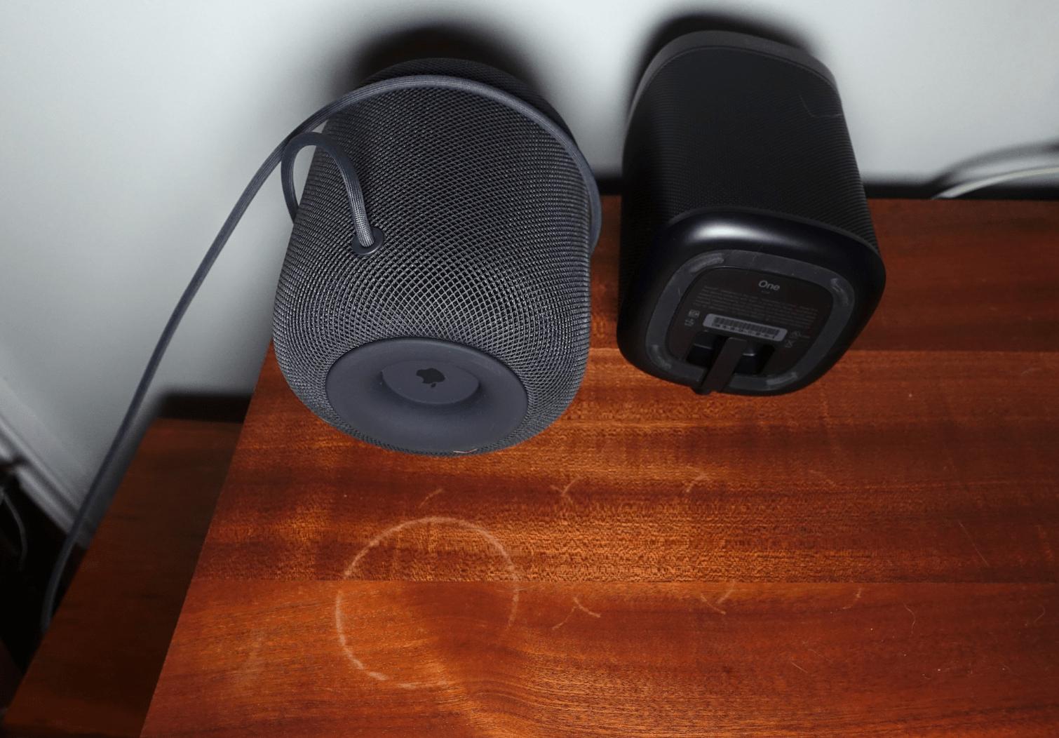 HomePod e Sonos manchando mesa de madeira