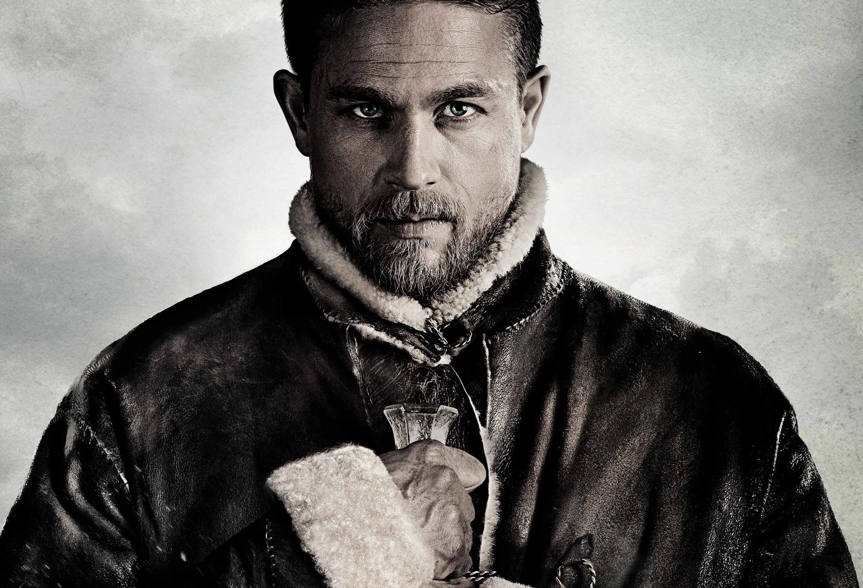 """Pôster do filme """"Rei Arthur: A Lenda da Espada"""""""