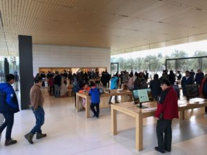 Exemplo de acessibilidade no Centro de Visitantes do Apple Park
