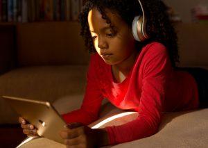 Criança usando um iPad