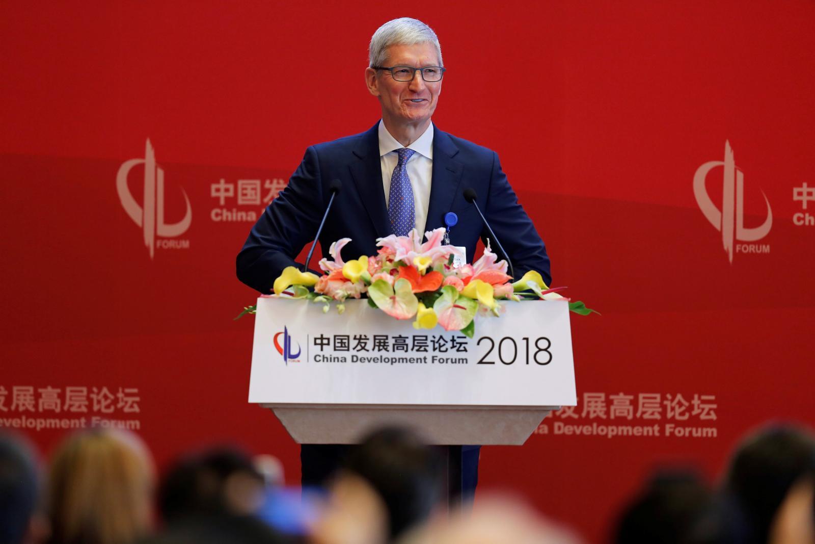 Tim Cook participando do Fórum de Desenvolvimento da China (2018)