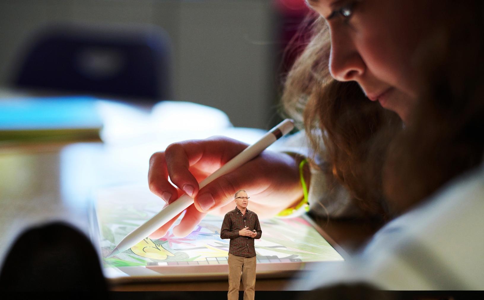 Greg Joswiak apresentando o novo iPad de 9,7 polegadas