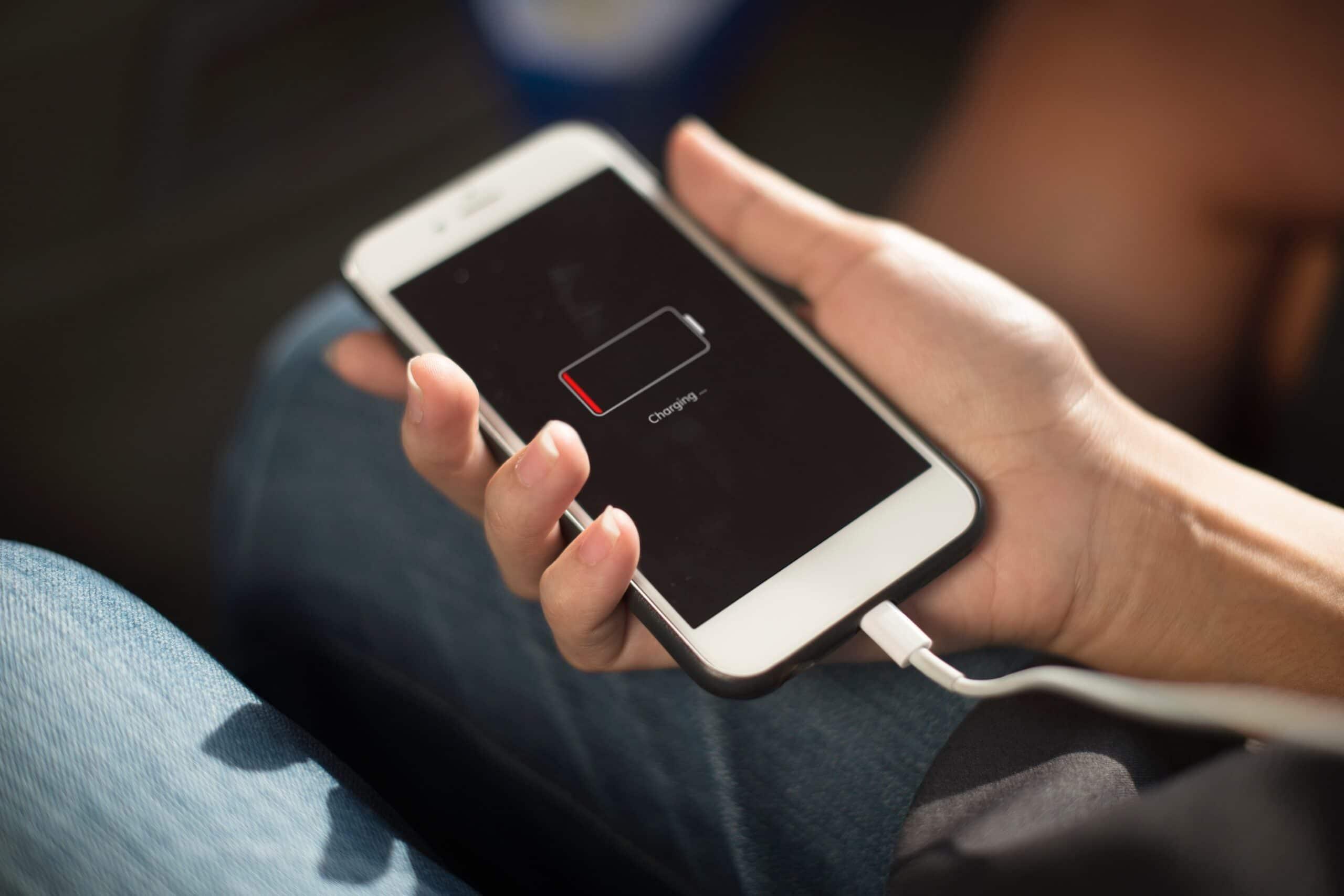 iPhone recarregando com a bateria fraca