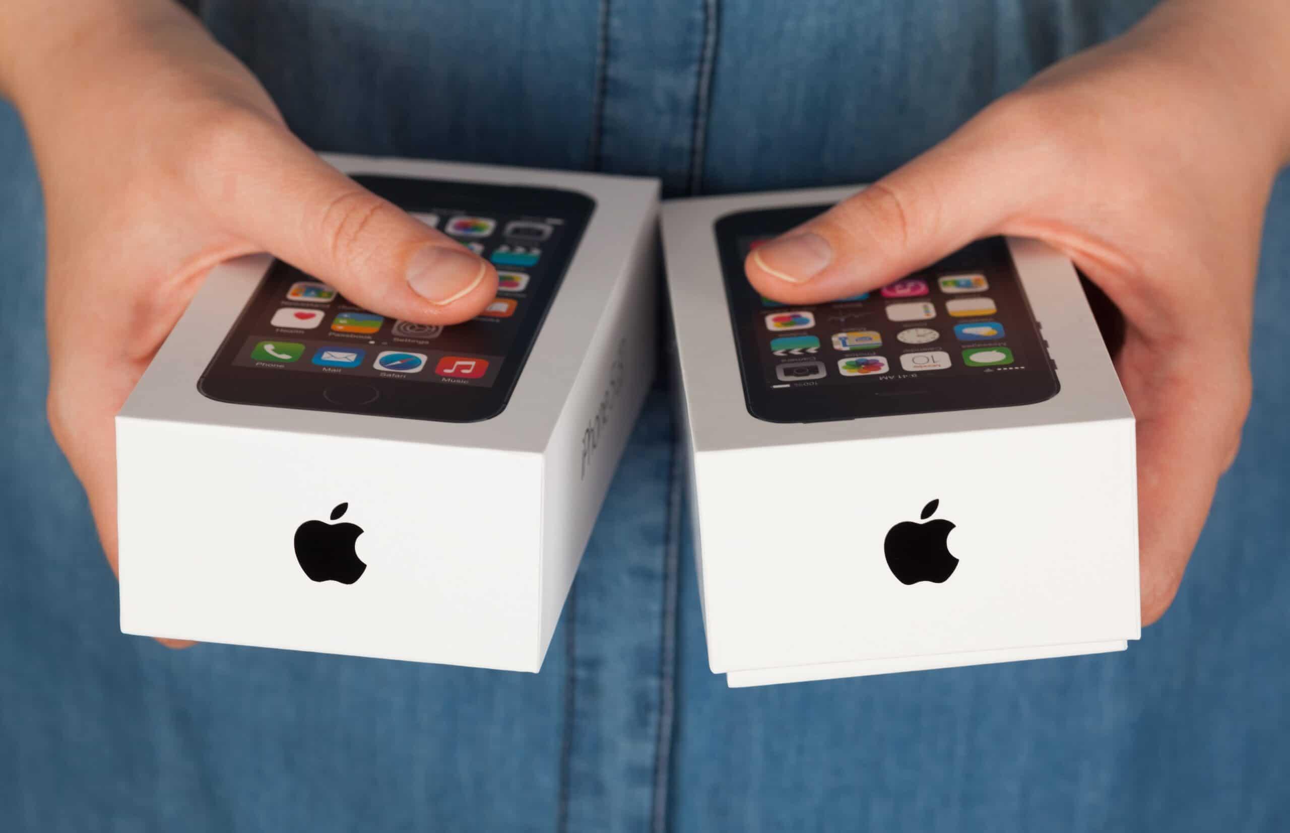 Caixas de iPhones nas mãos de mulher