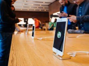 Consumidores mexendo em iPhones numa Apple Store