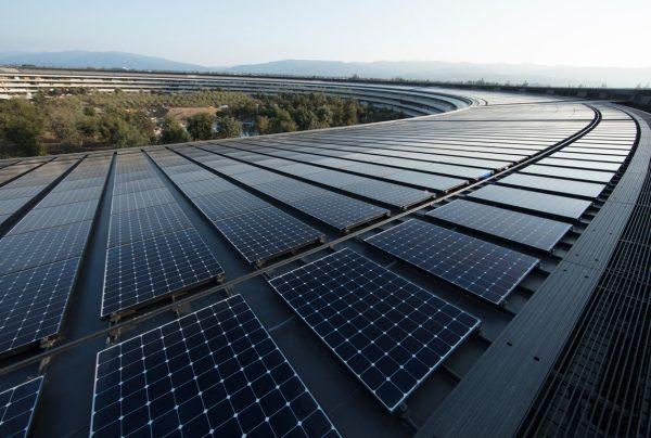 """Painéis solares no topo de um pedaço do Apple Park (""""espaçonave"""")"""