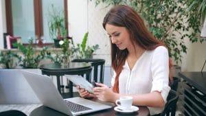 Mulher lendo em iPad