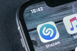 Shazam ao lado do Apple Music num iPhone X