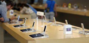 Produtos em exposição numa loja da Apple