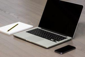 MacBook e iPhone em ambiente de trabalho