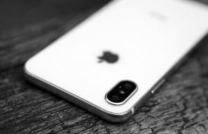 Traseira do iPhone X em preto e branco