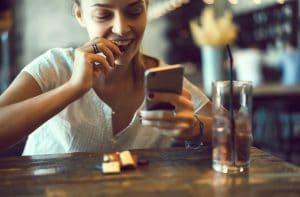 Mulher mexendo em iPhone