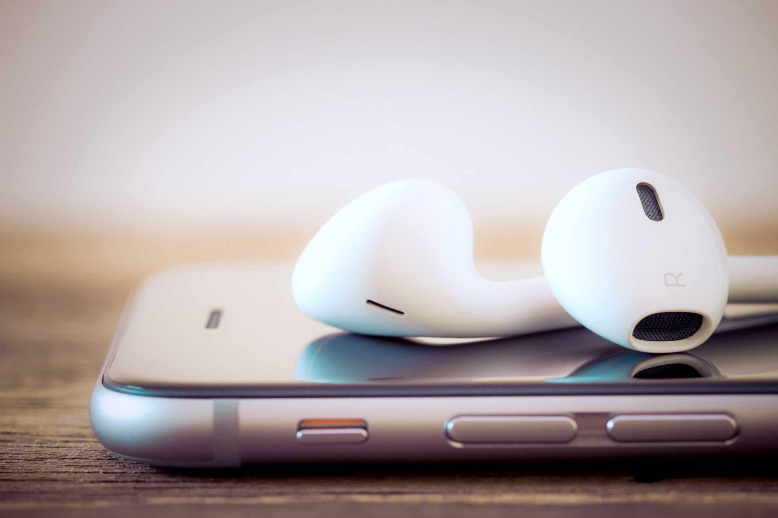 Close de iPhone com fones de ouvido EarPods ou AirPods