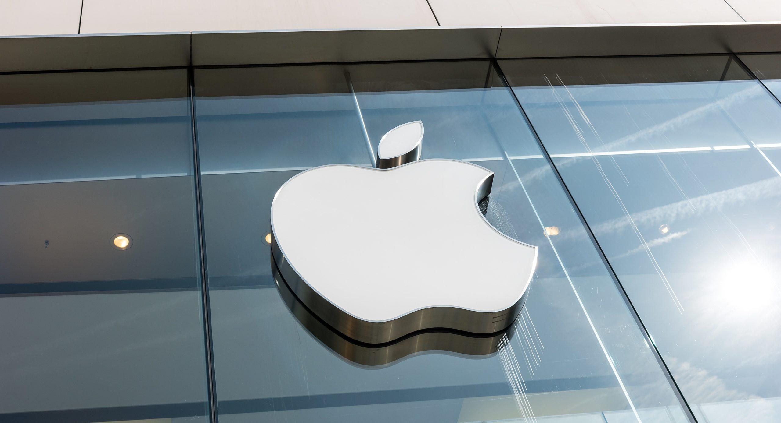 Logo da Apple em loja com reflexo do sol